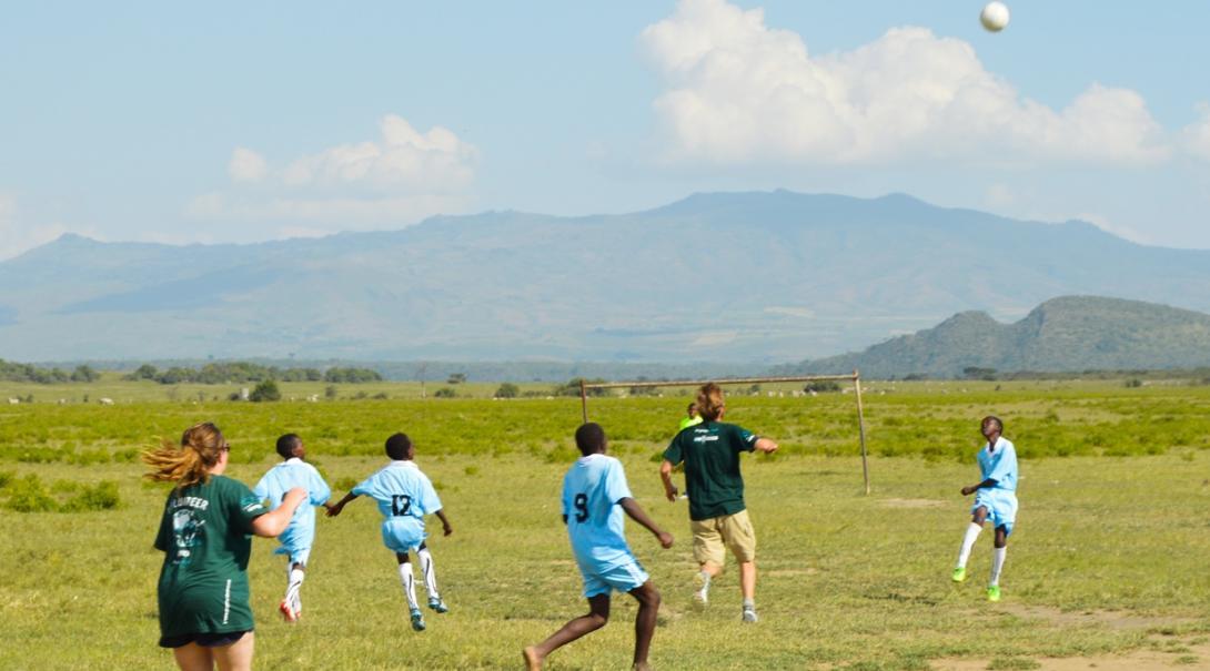 アフリカの大地でサッカーに夢中になる現地の青少年と高校生ボランティア